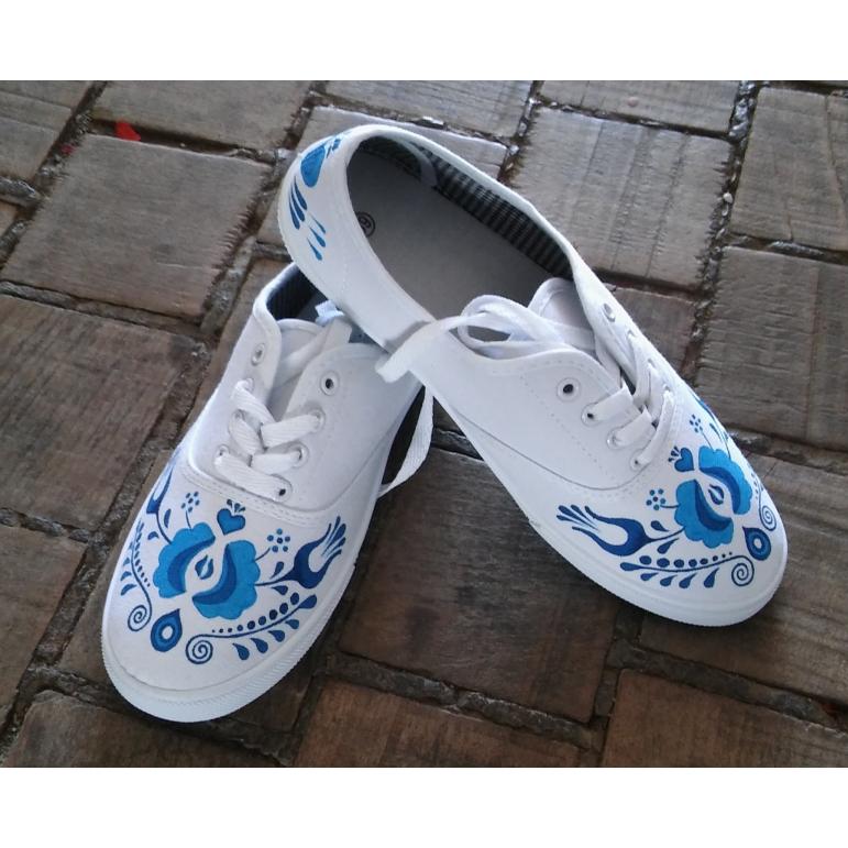Dámske folklórne tenisky biele s modrým ornamentom 2