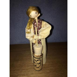 Šúpoľová bábika mútiaca maslo